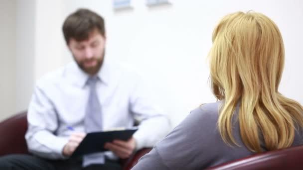 männlicher Psychologe und seine Patientin während der Therapie