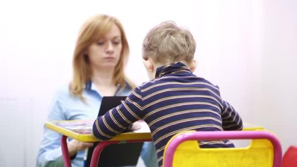 pszichológus van vizsgálat a fiú. Pszichológiai tanácsadás gyermek