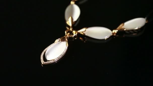 náhrdelník na černém pozadí