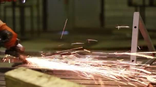 Elektromos kerékköszörülés acélszerkezeten a gyárban