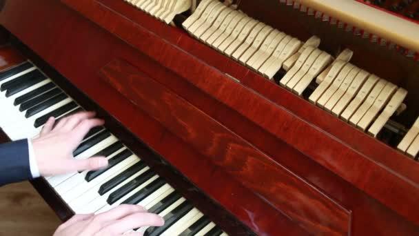 Klavierspielen. Mann spielt Klavier
