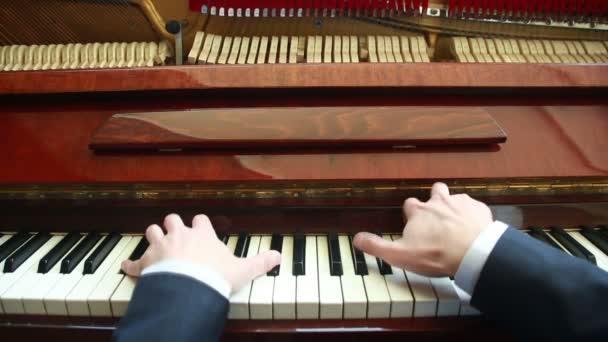 Zongorázni. ember zongorázni