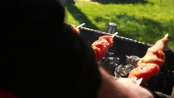 Šťavnaté plátky masa s omáčkou připravit v jednom ohni. kebab
