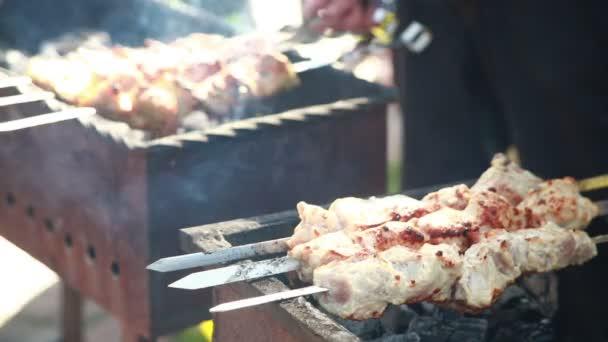 Šťavnaté plátky masa s omáčkou připravit v jednom ohni. kebab.