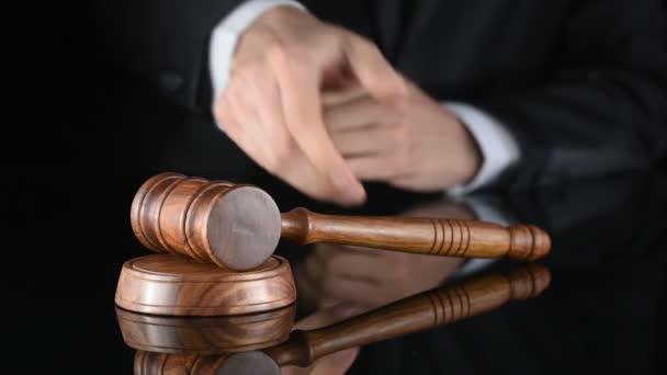 giudice. Arbitro martello e un uomo in abiti giudiziari