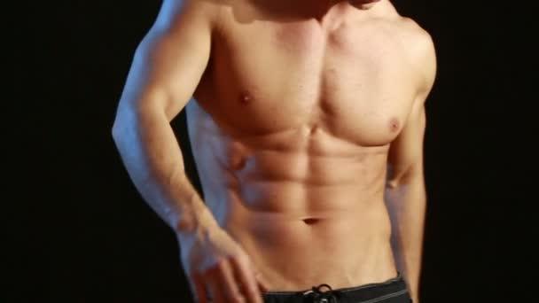 muskulöser und sexy Oberkörper des jungen Mannes