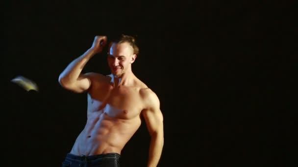 Giovane uomo nudo sexy muscolare carina. striptease maschile danza. volare soldi delle banconote