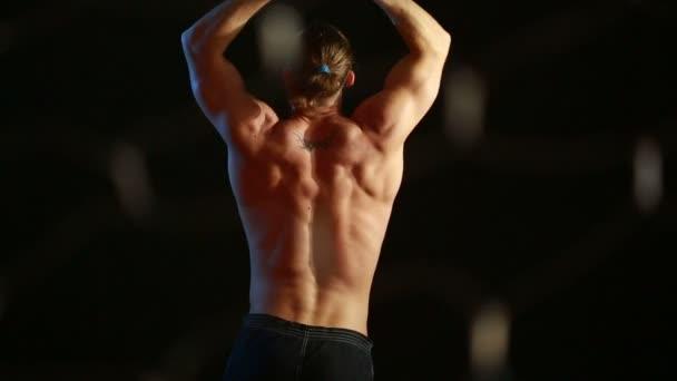 Giovane uomo nudo sexy muscolare carina. striptease maschile danza. lampi di luce e riflessi
