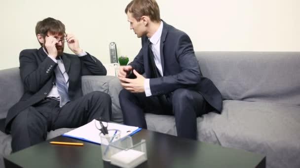 Dvou podnikatel citově diskutovat o plánech