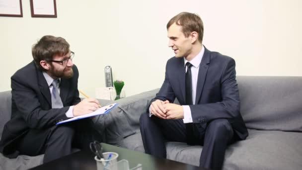 Verrückter Manager interviewt einen männlichen Bewerber in seinem Büro