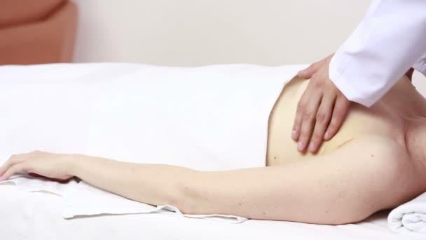 Schönheit Frau Brustmassage empfangen. Brustuntersuchung. mammolog