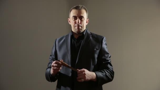 Gangster im Businessanzug mit Messer. Geschäftsmann mit Messer in der Hand