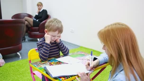 psycholog je testování chlapce. Psychologická péče dítě