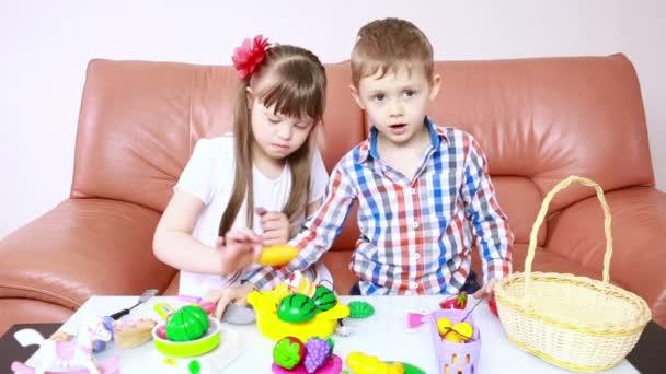 děti si hrají na gauči. dívka s Downovým syndromem. rehabilitace zdravotně postižených