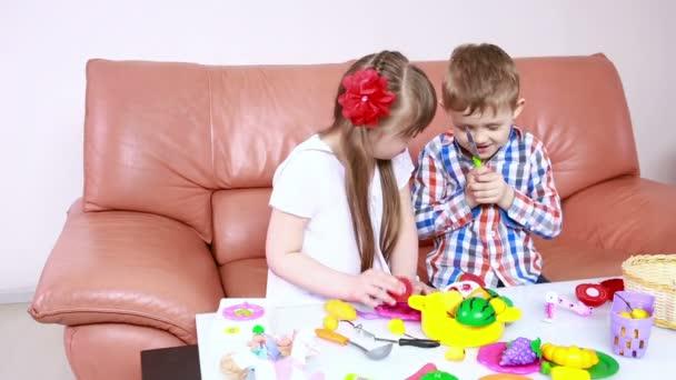Kinder spielen auf der Couch. Mädchen mit Down Syndrom. Rehabilitation von Behinderten