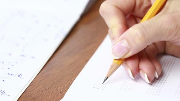 Kézzel, ceruzával és zene lap. zeneszerző ír zene