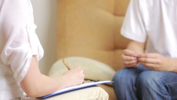 Mann im Gespräch mit seinem Therapeuten in Therapiesitzung