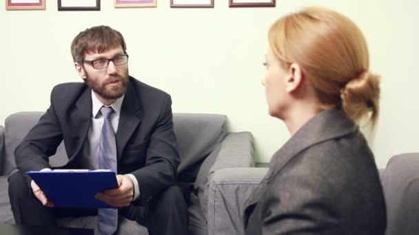 člověk bude rozhovor ženy. hlásit se šéfem