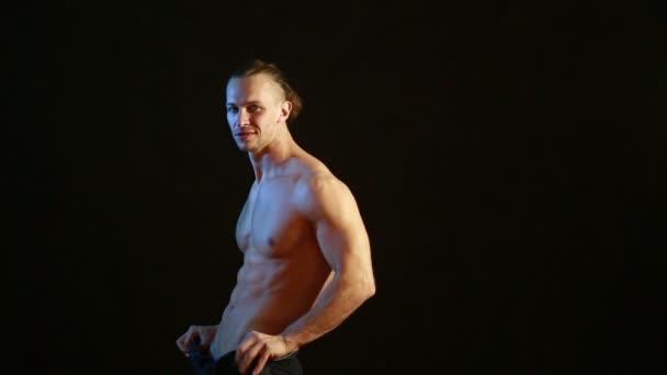 polnostyu-golie-muzhchini-v-striptize-video