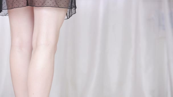sexy Frau zieht ihre Hosen aus