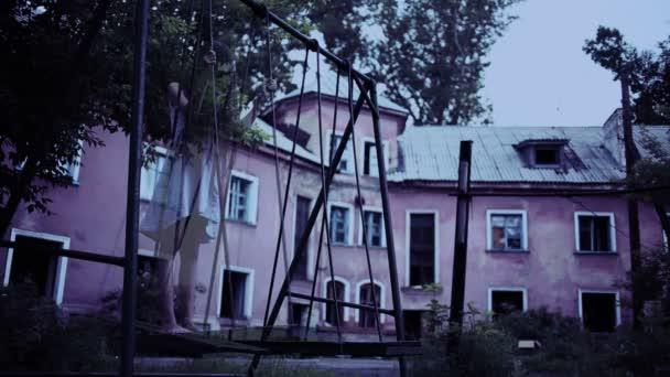 Schommel In Huis : Het spook van een klein meisje op een schommel in de oude verwoeste