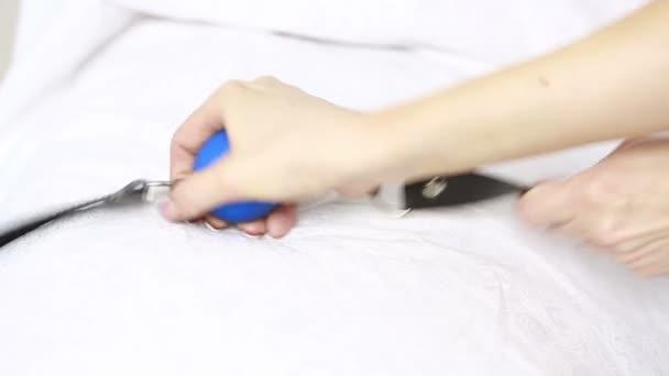 Fetisch Bdsm Knebel in weiblicher Hand. Sex-Spielzeug. Bettwäsche