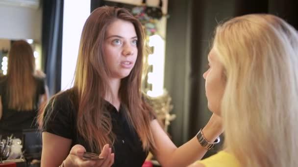 ora in un salone di bellezza. make-up artist e maestro di manicure. belle ragazze