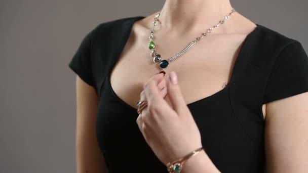 náhrdelník na krku. closeup prsu