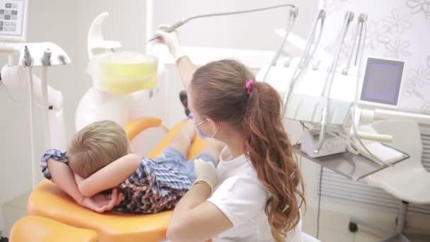 malý chlapec během inspekce ústní dutiny. zubař