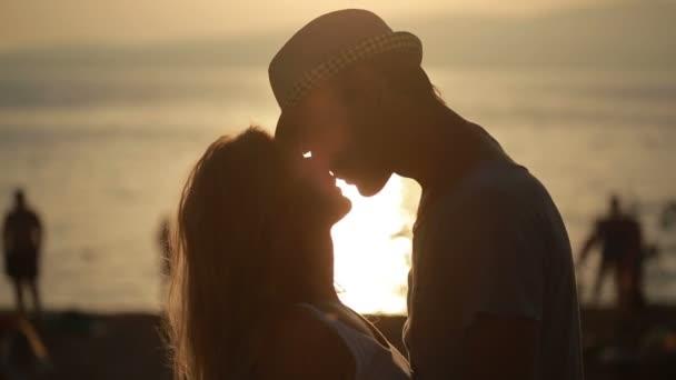 Couple Qui S Embrasse silhouette couple tenir mutuellement et s'embrasse sur la plage