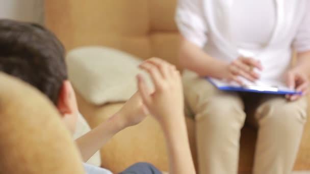 ženské psycholog s chlapcem