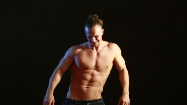 muskulöse junge sexy nackte niedliche Mann. Männlicher Striptease-Tanz.