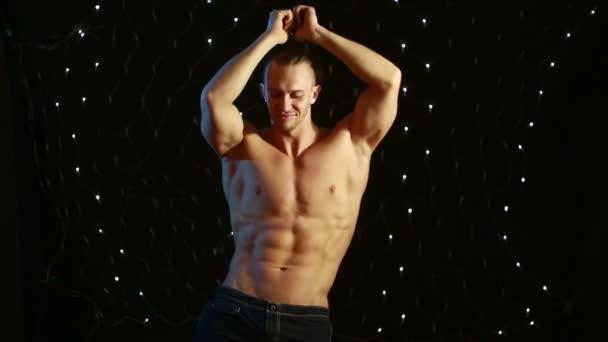 Izmos szexi meztelen aranyos fiatalember. férfi sztriptíz, tánc.