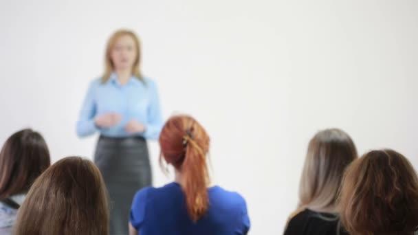schöne Geschäftsfrau spricht auf Konferenz. Psychologisches Training