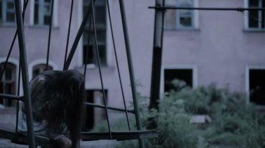 Schommel In Huis : Het spook van een klein meisje op een schommel in de oude