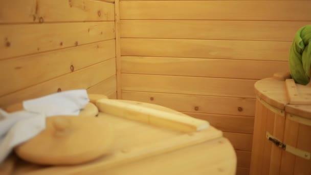 Mädchen in Holzfässern für Spa-Behandlungen. Anti-Aging-Behandlungen