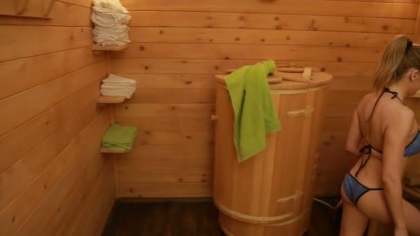 Mädchen in Holzfässern für Wellnessbehandlungen. Anti-Aging-Behandlungen