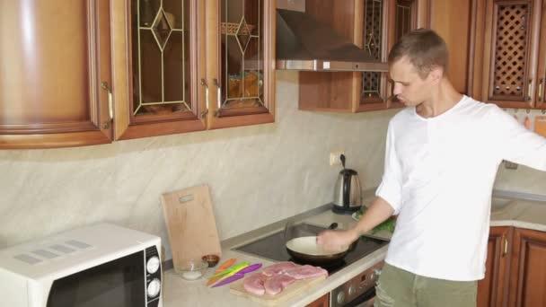 Muž bije do kuchyně palička na maso, zábavný chlap tanec a příprava jídla