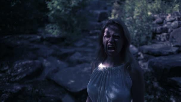 Hexe im Wald in der Nacht. Vampirfelsen. Gespenst. Fantasie und Gotik. halloween