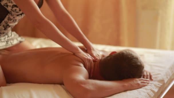 žena dělat masáž muž. holka v ložnici její manžel masáže