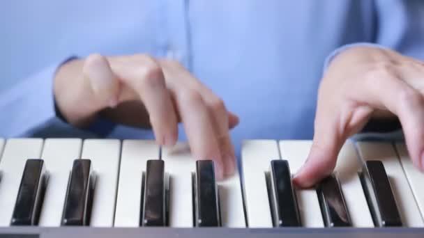 Frau Hand spielt einen Midi-Controller-Keyboard-Synthesizer aus nächster Nähe.