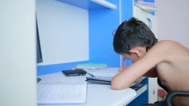 Dospívající chlapec dělat domácí úkoly pomocí mobilního telefonu. přírodní video