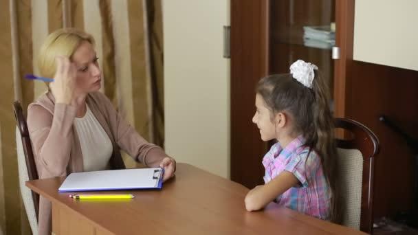 Dětský psycholog s malou holčičkou