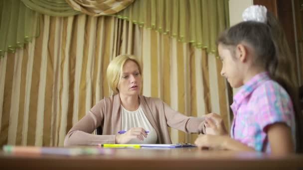 Kinderpsychologe mit einem kleinen Mädchen. Psychologische Beratung für Kinder
