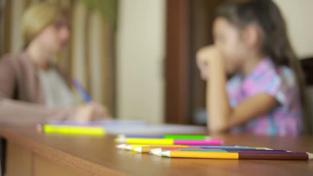 Dětský psycholog s malou holčičkou. dětské psychologické poradenství