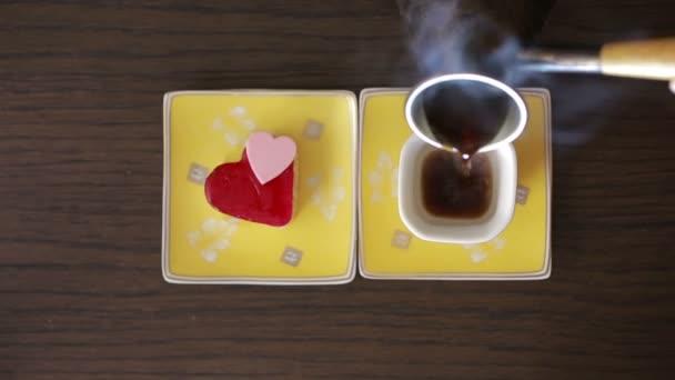 il caffè è versato in tazza. vista dallalto. bevanda calda