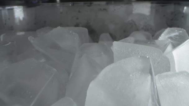 Extrem hautnah, detailliert. Eiswürfel in einem transparenten Plastikbehälter