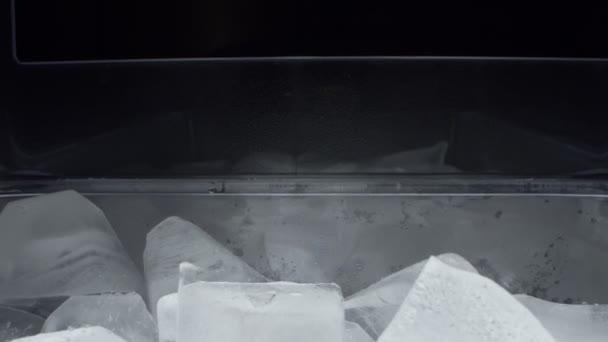 Rendkívül közeli, részletes. jégkockák átlátszó műanyag tartályban