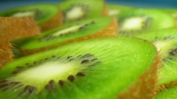 Extrem hautnah, detailliert. Scheiben leuchtend saftige grüne Kiwi