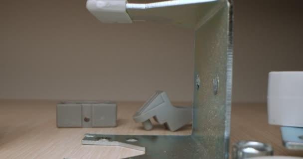 detaillierte Nahaufnahme von Möbelbeschlägen aus Kunststoff und Eisen
